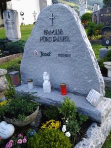 Familiengrab Granitfelsen - Stein & Design Schwarzenbacher
