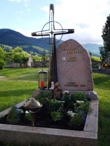 Familiengrab Schmiedekreuz; Multicolor rot, Granit, Stein & Design Schwarzenbacher Steinmetzmeisterin und Bildhauerin