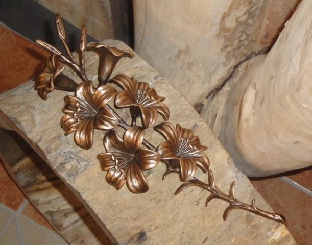 Lilie, Bronze, Stein & Design Schwarzenbacher