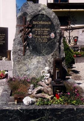 Grabfelsen Einzelgrab mit Grabstein Tauerngrün Stein & Design Schwarzenbacher